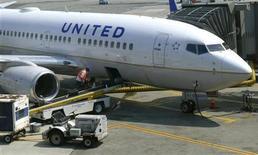 Foto de archivo de un avión de United Airlines tras llegar al aeropuerto de Newark, EEUU, jun 18 2011. United Continental Holdings Inc registró una mayor pérdida trimestral y Southwest Airlines Co reportó menores ganancias el jueves, pero los resultados superaron las expectativas y las actuales reservaciones de las aerolíneas son sólidas. REUTERS/Gary Hershorn