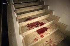 """Los países europeos instaron el jueves a sus ciudadanos a abandonar la ciudad de Bengasi, en el este de Libia, y Reino Unido citó una amenaza """"específica e inminente"""" a los occidentales días después de un ataque letal de milicianos islamistas en la vecina Argelia. Imagen de la sangre en una escalera dentro de un edificio gubernamental tras un enfrentamiento entre manifestantes y policías en Bengasi el pasado 20 de diciembre. REUTERS/Esam Al-Fetori"""