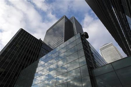 Clouds are reflected in buildings at the financial district of Canary Wharf in London January 23, 2009. REUTERS/Kevin Coombs
