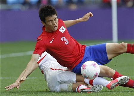 South Korea's Yun Suk-young (3) is tackled by Switzerland's Steven Zuber during their men's Group B football match in the London 2012 Olympic Games at the City of Coventry stadium July 29, 2012. REUTERS/Alessandro Garofalo