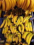 Бананы в супермаркете возле Берна 20 июля 2011 года. Банкротство крупнейшего импортера бананов в Россию группы JFC обернулось уголовным делом о попытке не вернуть банковские кредиты на 10 миллиардов рублей. Пока МВД обыскивает офисы компании, ее также признанный банкротом гендиректор и совладелец Владимир Кехман записался в потерпевшие. REUTERS/Ruben Sprich