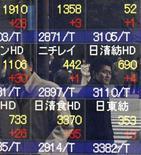 El Índice Nikkei subió un 2,9 por ciento el viernes y finalizó con la undécima ganancia semanal consecutiva, lo que representa la mejor racha de la historia, según datos de Reuters. En la imagen, unos hombres reflejados en un panel con índices bursátiles en Tokio, el 25 de enero de 2013. REUTERS/Kim Kyung-Hoon