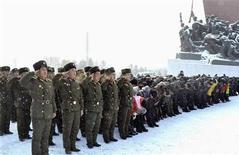 Soldati e cittadini nordcoreani omaggiano la statua del fondatore Kim Il-sung e del leader Kim Jong-il a Pyongyang. REUTERS/KCNA