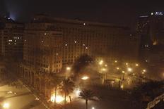 Sur la place Tahrir, au Caire, des policiers anti-émeutes mettent le feu aux tentes de manifestants contestant le président égyptien Mohamed Morsi. Des centaines de manifestants, jeunes pour la plupart, ont affronté la police dans la nuit de jeudi à vendredi sur cette place, alors que l'Egypte fête le second anniversaire de la révolution qui a chassé du pouvoir l'ancien président Hosni Moubarak. /Photo prise le 25 janvier 2013/REUTERS/Mohamed Abd El Ghany