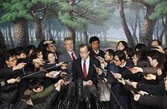 Corea del Norte amenazó con atacar a su rival Corea del Sur si Seúl se suma a una nueva ronda de sanciones de Naciones Unidas, después de que Washington reveló más de sus propias restricciones económicas tras el lanzamiento de un cohete de Pyongyang el mes pasado. En la imagen, el representante espacial de la ONU para Corea del Norte Glyn Davies atiende a los medios surcoreanos en una rueda de prensa en Seúl, el 24 de enero de 2013. REUTERS/Kim Hong-Ji