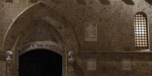 Las acciones de Banca Monte Paschi di Siena subían más de un 7 por ciento tras abrir a la baja en una sesión volátil y marcada por el escándalo en la entidad sobre las pérdidas en operaciones estructuradas. En la imagen, la sede de Monte Paschi en Siena, el 24 de enero de 2013. REUTERS/Stefano Rellandini