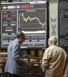 La bolsa española se daba el viernes la vuelta en línea con otras plazas europeas e intentaba la recuperación tras abrir a la baja, apoyada en indicadores optimistas sobre la actividad económica de las principales economías del mundo. En la imagen de archivo, unos operadores en la bolsa de Madrid, el 6 de julio de 2012. REUTERS/Andrea Comas