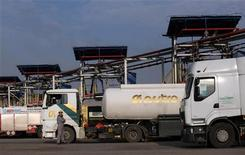 Бензовозы на заправочной станции на НПЗ в боснийском городе Брод 19 ноября 2012 года. Цены на нефть Brent держатся выше $113 за баррель и могут завершить ростом вторую неделю подряд благодаря позитивной экономической статистике крупнейших потребителей топлива США и Китая. REUTERS/Dado Ruvic