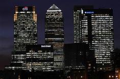 """Вид на деловой центр Лондона Кэнари-Уорф 12 января 2012 года. Банки Испании, Италии, Ирландии и Великобритании должны выделять намного больше денег на покрытие потенциальных убытков от """"плохих"""" кредитов, заявило в четверг агентство Moody's, подразумевая, что налогоплательщикам Европы, возможно, снова придется раскошелиться. REUTERS/Eddie Keogh"""
