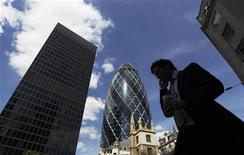 A la City, quartier financier de Londres. L'économie britannique s'est contractée plus qu'attendu au quatrième trimestre (-0,3% contre -0,1% attendu) en raison de la baisse de la production d'hydrocarbures en mer du Nord et du ralentissement de l'industrie, rapprochant le Royaume-Uni de sa troisième récession en quatre ans. /Photo d'archives/REUTERS/Luke MacGregor