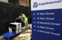 Anglo American a annoncé vendredi une production trimestrielle durement entamée par les grèves qui ont frappé l'industrie minière l'an dernier mais la production de cuivre et de charbon progresse, constituant un motif de réjouissance relatif pour le groupe minier. /Photo prise le 8 janvier 2013/REUTERS/Siphiwe Sibeko