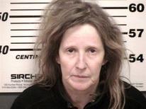 """Susan Warren, une Américaine âgée de 53 ans, a été arrêtée dans l'Ohio alors qu'elle déneigeait une allée de garage sans l'accord du propriétaire des lieux. Elle avait été surnommée la """"fée du logis"""" par la presse locale pour des faits similaires commis l'an dernier, pour lesquels elle avait été condamnée à un an de mise à l'épreuve. /Photo prise le 22 janvier 2013/REUTERS/Bureau du shérif du comté de Cuyahoga"""