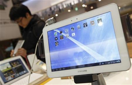Samsung Electronics' Galaxy tablet computers are displayed at a store in Seoul January 24, 2013. Samsung Electronics Co turned cautious on spending for the first time since the global financial crisis, keeping its annual investment plan unchanged at 2012 levels, as demand for computer chips wanes and the smartphone market slows. Samsung had poured money into factories to boost production of chips and panels used in Apple products and its Galaxy range devices, pushing its operating profit to 8.84 trillion won ($8.27 billion) in the last quarter. Picture taken January 24, 2013. REUTERS/Kim Hong-Ji (SOUTH KOREA - Tags: BUSINESS SCIENCE TECHNOLOGY TELECOMS)