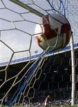 """Мяч в сетке ворот """"Портсмута"""" после точного удара нападающего """"Арсенала"""" Карлоса Велы в матче чемпионата Англии 2 мая 2009 года. REUTERS/Stefan Wermuth"""