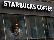 Кофейня Starbucks в Лондоне 3 декабря 2012 года. Квартальные продажи Starbucks Corp в США и Азии оказались лучше прогнозов, несмотря на повсеместную неустойчивость экономики. REUTERS/Andrew Winning