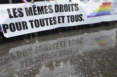 """Les partisans du """"mariage pour tous"""", qui appellent à manifester dimanche à Paris deux jours avant l'examen du projet de loi par les députés, refusent toute guerre des chiffres deux semaines après la forte mobilisation des opposants au texte. /Photo prise le 19 janvier 2013/REUTERS/Jean-Pierre Amet"""