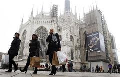 El Producto Interior Bruto de Italia (PIB) se contraería un 1,3 por ciento este año antes de volver a un crecimiento menor a un 1 por ciento en 2014, dijo el viernes el centro de estudios REF. En la imagen, un grupo de personas pasan junto a la catedral de Milán, el 11 de enero de 2013. REUTERS/Alessandro Garofalo