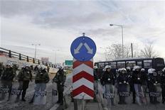 Policiais gregos invadiram estação de metrô da capital, Atenas, para dispersar funcionários da concessionária que mantiveram greve após governo determinar fim da paralisação. 25/01/2013 REUTERS/John Kolesidis