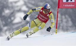 Le Norvégien Aksel Lund Svindal a remporté vendredi sa première victoire sur la piste de la Streiff à Kitzbühel dans un Super-G de la Coupe du monde de ski. Il a devancé l'Autrichien Matthias Mayer et l'Italien Christof Innerhofer complète le podium. /Photo prise le 25 janvier 2013/REUTERS/Dominic Ebenbichler