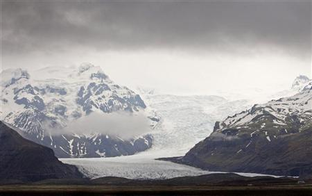 The Skaftafellsjokull glacier winds through the mountains in Skaftafell National Park May 9, 2008. REUTERS/Bob Strong