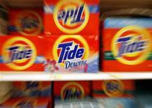 Produits Tide, une marque détenue par Procter & Gamble. Le premier groupe mondial de produits ménagers a publié un bénéfice en forte hausse au deuxième trimestre. Celui-ci est ressorti à 4,06 milliards de dollars contre 1,69 milliard de dollars un an auparavant. /Photo d'archives/REUTERS/Molly Riley