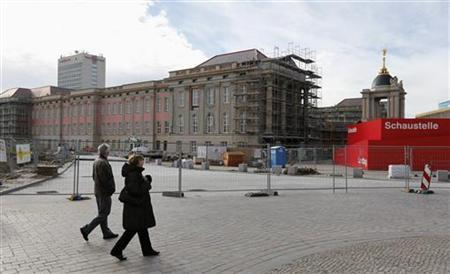 People walk past the construction site of the Potsdam City Palace in Potsdam November 4, 2012. REUTERS/Fabrizio Bensch (GERMANY - Tags: CITYSPACE POLITICS SOCIETY)