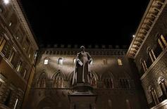 El primer ministro italiano, Mario Monti, pidió el viernes una investigación inmediata de un creciente escándalo en Monte dei Paschi di Siena por las pérdidas de unos 720 millones euros que sufrió el banco en una serie de complejos acuerdos de derivados. En la imagen, la sede del Monte Dei Paschi bank en Siena, el 24 de enero de 2013. REUTERS/Stefano Rellandini