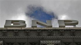 Les valeurs bancaires bénéficient au premier chef de l'annonce de la BCE sur les remboursements anticipés des LTRO. Société Générale gagnait 1,8% et BNP Paribas 1,27% alors que le CAC 40 progressait de 0,7% à 3.778,72 points à 13h30. /Photo prise le 26 avril 2012/REUTERS/Mal Langsdon