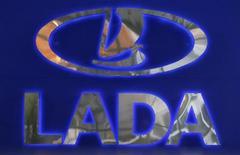 Логотип Lada в дилерском центре в Санкт-Петербурге 27 ноября 2012 года. Крупнейший автопроизводитель в РФ Автоваз повысит цены на весь модельный ряд автомобилей Lada в среднем на 3 процента, сообщила компания в пятницу. REUTERS/Alexander Demianchuk