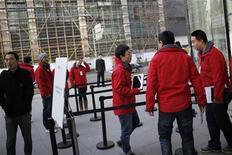 """Un tribunal alemán falló el jueves que las personas tienen derecho a exigir compensaciones a sus proveedores de servicios si su acceso a Internet es interrumpido, debido a que es una parte """"esencial"""" de la vida. En la imagen, empleados de Apple esperan a clientes en el exterior de la tienda Apple durante el lanzamiento en China del mini iPad, en Shánghai, el 7 de diciembre de 2012. REUTERS/Aly Song"""