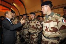 Jean-Yves Le Drian, en compagnie de militaires français sur le point de partir au Mali, à Miramas. Le ministre de la Défense a déclaré que la France serait vigilante pour éviter d'éventuelles exactions de l'armée maliennne lors de la reconquête du nord du pays. /Photo prise le 25 janvier 2013/REUTERS/Jean-Paul Pélissier