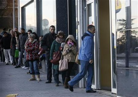 People enter a government-run employment office in Madrid January 24, 2013. REUTERS/Andrea Comas