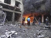 Un grupo de integrantes del Ejército de Siria Libre junto a un incendio presuntamente provocado por un ataque de artillería de fuerzas de Gobierno en Homs, Siria, ene 8 2013. El Ejército sirio ha incrementado una ofensiva contra bastiones musulmanes suníes de la oposición en la ciudad central de Homs y ha enviado tropas terrestres para tratar de asegurar el paso para sus fuerzas a través de una importante intersección vial, dijeron el viernes fuentes de la oposición. REUTERS/Khaled Tellawi/Shaam News Network/Handout Imagen para uso no comercial, ni ventas, ni archivos. Solo para uso editorial. No para su venta en marketing o campañas publicitarias. Esta imagen fue entregada por un tercero y es distribuida, exactamente como fue recibida por Reuters, como un servicio para clientes. NOTA DE EDITOR: Reuters no puede confirmar de forma independiente el contenido del video de dónde se extrajo esta imagen.