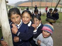 Un grupo de niñis de Zumbahua en la escuela Millenium en Cotopaxi, Ecuador, dic 17 2012. Zumbahua fue una vez una aldea olvidada de casas de barro en medio de cumbres azotadas por el viento, pero este pueblo ecuatoriano cuenta hoy con una escuela estatal de vanguardia con pantallas táctiles en vez de pizarras, internet en todas las aulas y lecciones en tres idiomas. REUTERS/Guillermo Granja