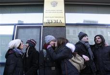 Защитники прав секс-меньшинств целуются у здания Госдумы в Москве 22 января 2013 года. Лояльная Кремлю Госдума приняла в первом чтении закон о запрете пропаганды гомосексуализма среди несовершеннолетних, который вызвал недоумение оппозиции, протесты секс-меньшинств и осуждение Запада. REUTERS/Sergei Karpukhin