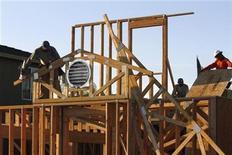 Foto de archivo de unos trabajadores sobre el techo de una casa en Phoenix, EEUU, ago 23 2011. Las ventas de casas nuevas en Estados Unidos cayeron en diciembre, aunque el precio medio de una vivienda subió y el sector aún parece ser el punto brillante en la recuperación económica de país, mostró el viernes un informe del Gobierno. REUTERS/Joshua Lott