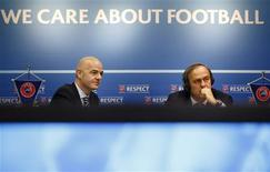 Gianni Infantino, le secrétaire général adjoint de l'UEFA et Michel Platini, son président. Treize villes hôtes, chacune dans un pays différent, seront désignées pour le championnat d'Europe de football en 2020. /Photo prise le 25 janvier 2013/REUTERS/Valentin Flauraud