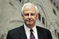 Il presidente di Mps, Alessandro Profumo, davanti alla sede della banca a Siena, 27 giugno 2012. REUTERS/Stefano Rellandini