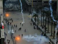 Egípcios entraram em confronto com a polícia na praça Tahrir no segundo aniversário da revolta que derrubou o ex-presidente Hosni Mubarack. 24/01/2013 REUTERS/Mohamed Abd El Ghany
