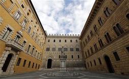 Los airados accionistas del banco Monte dei Paschi criticaron con dureza a la administración el viernes, mientras surgían las dudas sobre la supervisión del banco central italiano al prestamista toscano tras sus pérdidas por casi 1.000 millones de dólares a partir de complejos acuerdos de derivados. En la imagen, la sede del banco Monte Dei Paschi en Siena, el 25 de enero de 2013. REUTERS/Stefano Rellandini