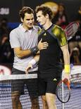 Andy Murray logró clasificarse para una apasionante final del Abierto de Australia contra el número uno del mundo Novak Djokovic tras apuntarse una gran victoria el viernes ante Roger Federer. En la imagen, Roger Federer de Suiza (I) habla con Andy Murray de Reino Unido tras la derrota sufrida por el primero en la semifinal del Abierto de Australia, en Melbourne, el 25 de enero de 2013. REUTERS/Tim Wimborne