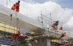 Foto de archivo de un grupo de trabajadores en la instalación del techo del estadio Maracaná en Río de Janeiro, nov 8 2012. La economía de Brasil perdió 497.000 empleos en diciembre, dijo el viernes el Ministerio de Trabajo, una caída más fuerte que el recorte de 402.000 puestos que esperaban analistas. REUTERS/Sergio Moraes