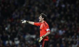 Opéré d'une fracture à la main gauche, le gardien du Real Madrid et de l'équipe d'Espagne, Iker Casillas, devrait être absent huit à douze semaines. /Photo prise le 15 janvier 2013/ REUTERS/Susana Vera