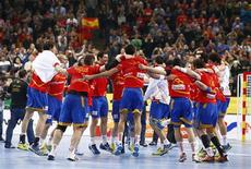 España logró el viernes el pase a la segunda final de su historia en un Mundial de balonmano tras derrotar a Eslovenia en el Palau Sant Jordi de Barcelona por 26-22. En la imagen, los jugadores españoles celebran el pase a la final. REUTERS/Marko Djurica