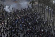 Un grupo de opositores al Gobierno del presidente de Egipto, Mohamed Mursi, huyen tras ser rocíados con gas lacrimógeno cerca de la plaza Tahrir de El Cairo, ene 25 2013. Cientos de jóvenes se enfrentaron el viernes a la policía en El Cairo, en el segundo aniversario de la revuelta que derrocó a Hosni Mubarak y desembocó en la elección de un presidente islamista al que los manifestantes acusan de minar a la democracia. REUTERS/Amr Abdallah Dalsh