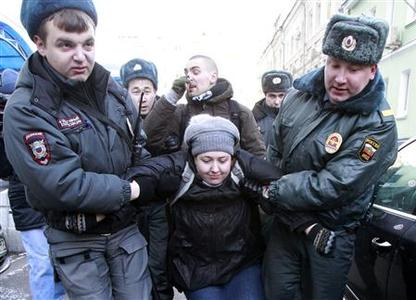Interior Ministry officers detain gay rights activists for taking part in an unsanctioned protest near the Duma, Russia's lower house of Parliament, in Moscow January 25, 2013. REUTERS/Sergei Karpukhin