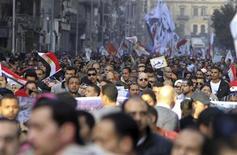 Des milliers de manifestants se sont rassemblés vendredi sur la place Tahrir, au Caire, ainsi que dans plusieurs grandes villes d'Egypte à l'appel de l'opposition laïque et libérale au président Mohamed Morsi et aux Frères musulmans dont il est issu. Cinq personnes, dont un membre des forces de sécurité, sont mortes dans une fusillade à Suez, a-t-on appris de sources médicales. /Photo prise le 25 janvier 2013/REUTERS/Mohamed Abd El Ghany