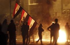 Neuf personnes ont été tuées en Egypte, en majorité dans la ville de Suez, lors de violentes manifestations qui ont marqué le second anniversaire du soulèvement populaire qui a chassé Hosni Moubarak du pouvoir. /Photo prise le 25 janvier 2012/REUTERS/Amr Abdallah Dalsh