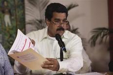 """El convaleciente mandatario venezolano Hugo Chávez está en su """"mejor momento"""" desde que fue operado en diciembre en Cuba y tomó una serie de decisiones desde la isla para impulsar las exportaciones, dijo su vicepresidente Nicolás Maduro. En la imagen, Maduro con un documento que dice tiene la firma de Chávez en unas declaraciones tras llegar de Cuba, el 26 de enero de 2013. REUTERS/Miraflores Palace/Handout"""