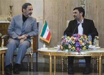 """Irán consideraría cualquier ataque contra Siria un ataque contra sí mismo, dijo un alto cargo del gobierno de Teherán el sábado, en una de las defensas más contundentes de su aliado hasta la fecha. Teherán: Un ataque a Siria sería considerado un ataque contra Irán. """"Siria tiene un papel muy básico y clave en la región para promover firmes políticas de resistencia (...) por esta razón un ataque contra Siria sería considerado un ataque contra Irán y los aliados de Irán"""", dijo Ali Akbar Velayati, asesor del líder supremo, el ayatolá Ali Jamenei, según la agencia de noticias Mehr. En la imagen, el presidente de Irán, Mamhud Ajmadineyad, con el asesor Valayati en Teherán, el 14 de enero de 2012. REUTERS/Raheb Homavandi"""